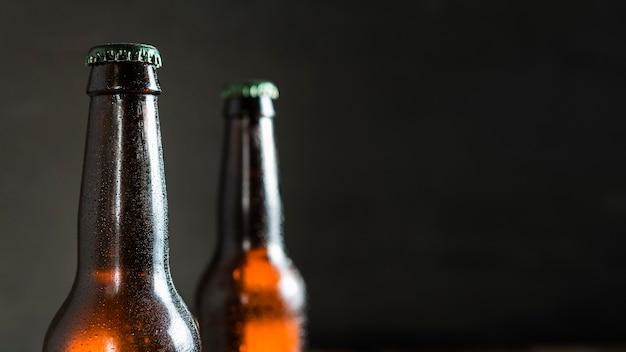 コピースペースのあるビールガラス瓶の正面図 Premium写真