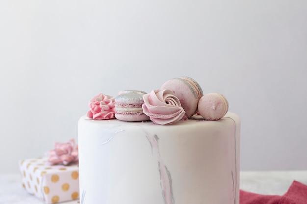 コピースペースのあるbirthadyケーキの正面図 Premium写真