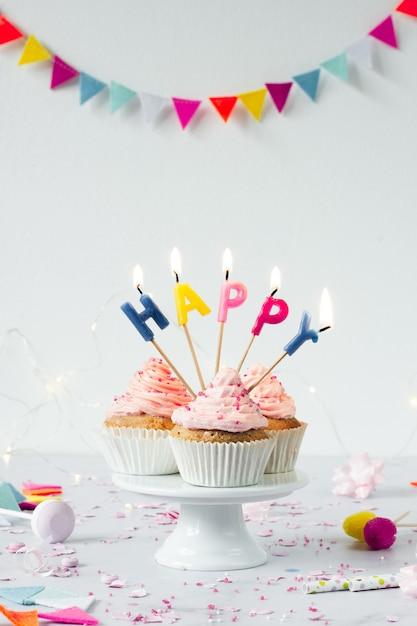 点灯ろうそくと誕生日カップケーキの正面図 無料写真