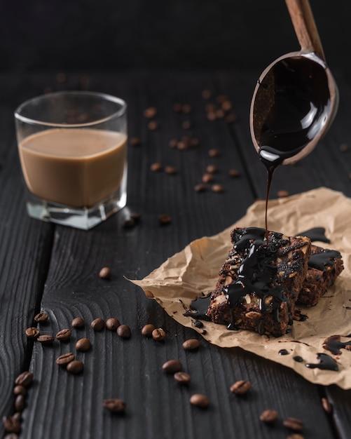 ケーキのガラスとコーヒーのガラスの正面図 無料写真