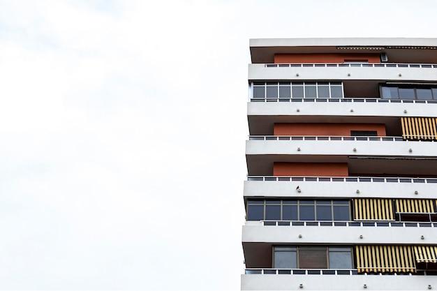 복사 공간 도시에있는 시멘트 건물의 전면보기 프리미엄 사진