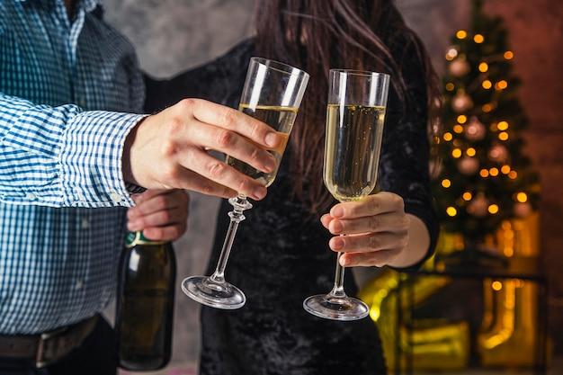 Вид спереди бокал шампанского приветствовать Premium Фотографии
