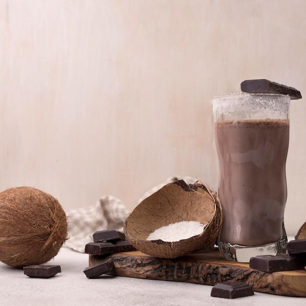 Вид спереди на стакан для шоколадного и кокосового молочного коктейля с копией пространства Бесплатные Фотографии