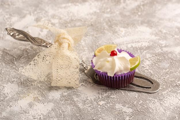 クリームとレモンスライスとチョコレートのブラウニーの正面図 無料写真