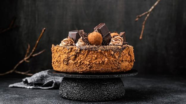 Вид спереди шоколадного торта на подставке Бесплатные Фотографии