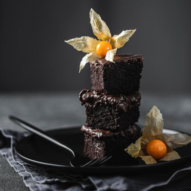 Вид спереди кусочков шоколадного торта на тарелке с украшением Бесплатные Фотографии