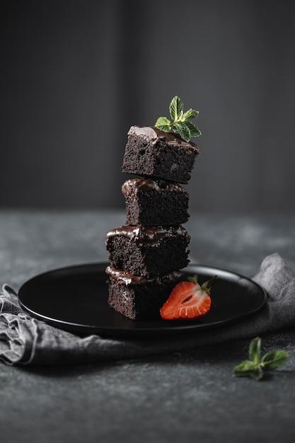 Вид спереди кусочков шоколадного торта на тарелке Бесплатные Фотографии