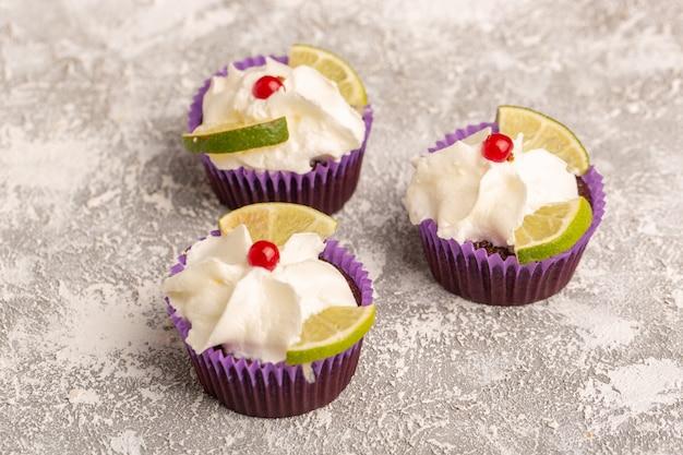 クリームとレモンのスライスとチョコレートケーキの正面図 無料写真