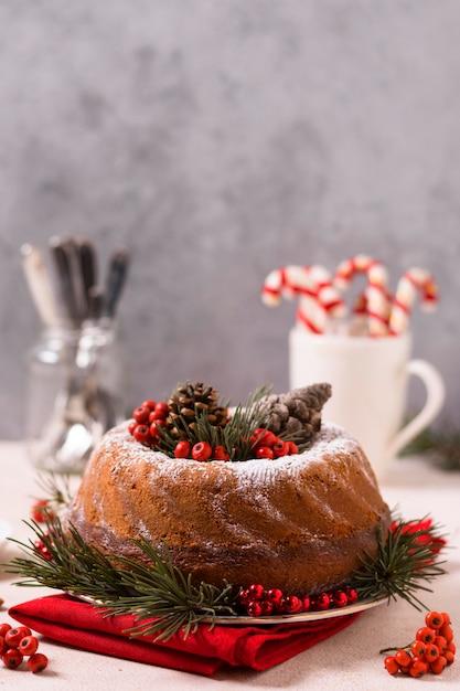 松ぼっくりと赤い実のクリスマスケーキの正面図 無料写真