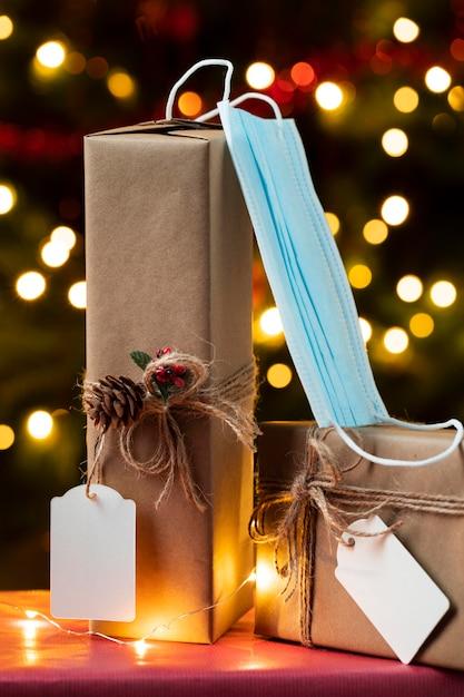 Вид спереди рождественских подарков с маской для лица Бесплатные Фотографии