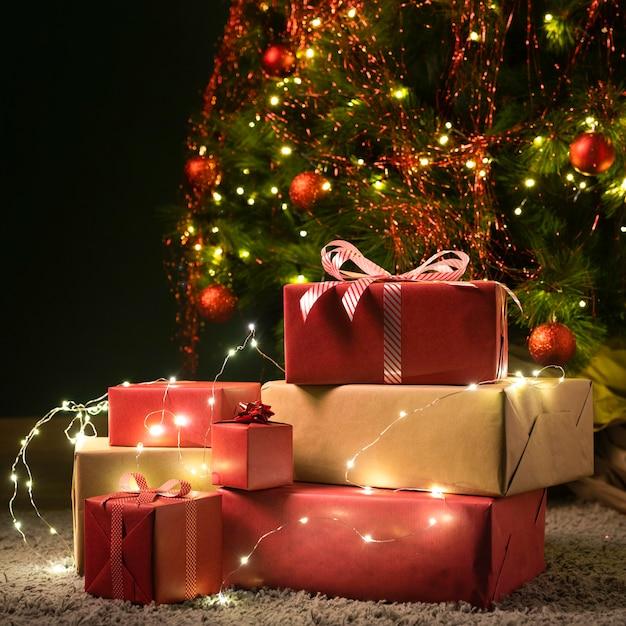크리스마스 트리와 선물의 전면보기 프리미엄 사진