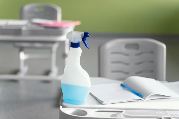 学校のベンチの洗浄液の正面図 無料写真