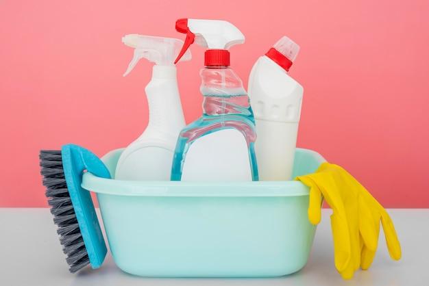 Вид спереди чистящих растворов в ведре с перчаткой и щеткой Бесплатные Фотографии