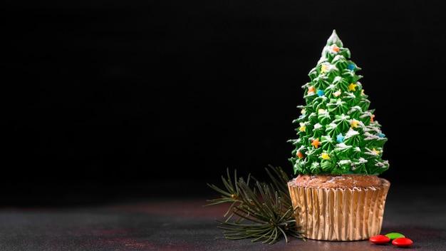 Вид спереди кекса с глазурью елки и копией пространства Бесплатные Фотографии