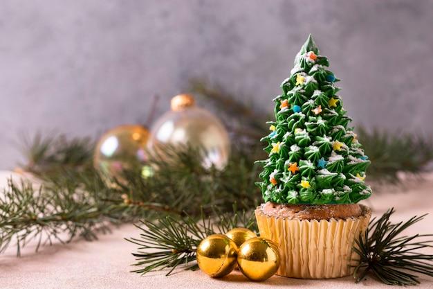 Вид спереди кекса с глазурью елки Premium Фотографии