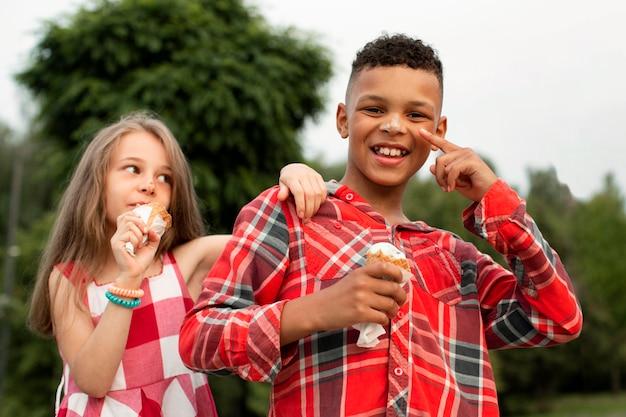 Вид спереди милых друзей, едящих мороженое Бесплатные Фотографии