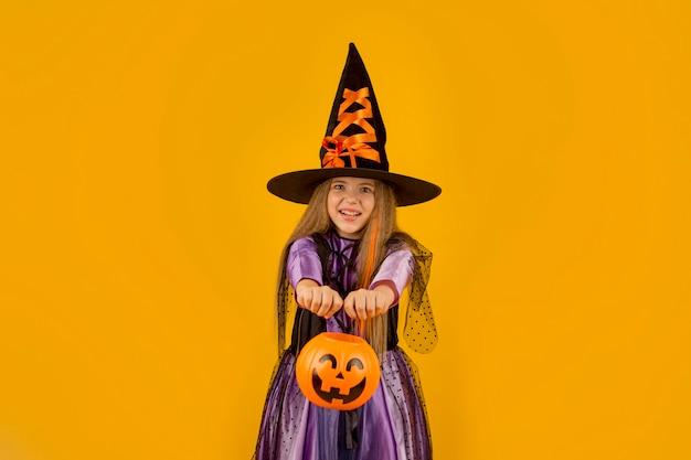 Вид спереди милой девушки с костюмом Бесплатные Фотографии