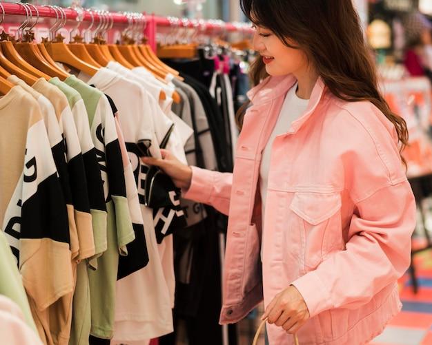 Вид спереди милой японской девушки за покупками Бесплатные Фотографии