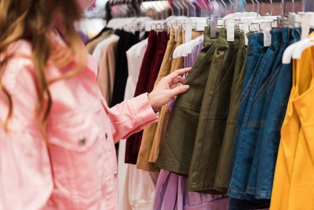 ショッピングでかわいい日本人の女の子の正面図 無料写真