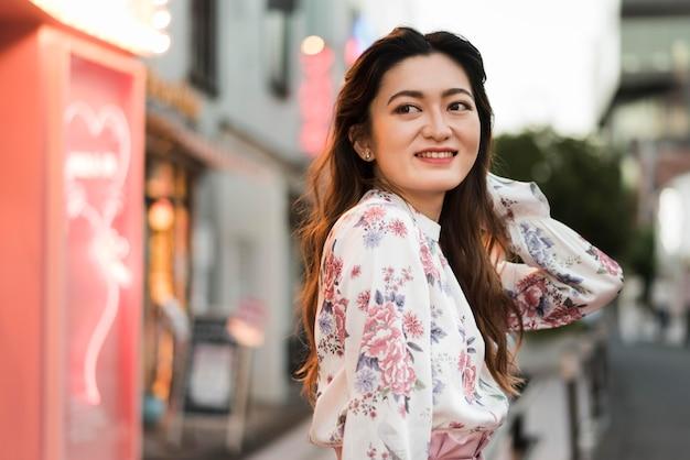東京でかわいい日本人の女の子の正面図 無料写真