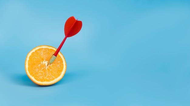 복사 공간 오렌지에 다트의 전면 모습 무료 사진