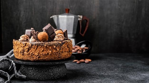 コピースペースのあるスタンドに美味しいチョコレートケーキの正面図 無料写真