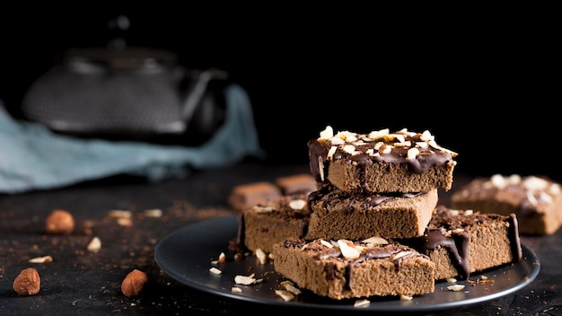Вид спереди вкусный шоколадный торт с миндалем Premium Фотографии