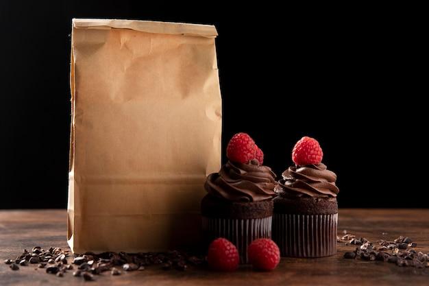 ラズベリーとおいしいチョコレートカップケーキの正面図 Premium写真