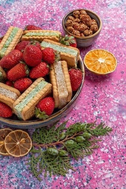 新鮮な赤いイチゴとおいしいワッフルクッキーの正面図 無料写真
