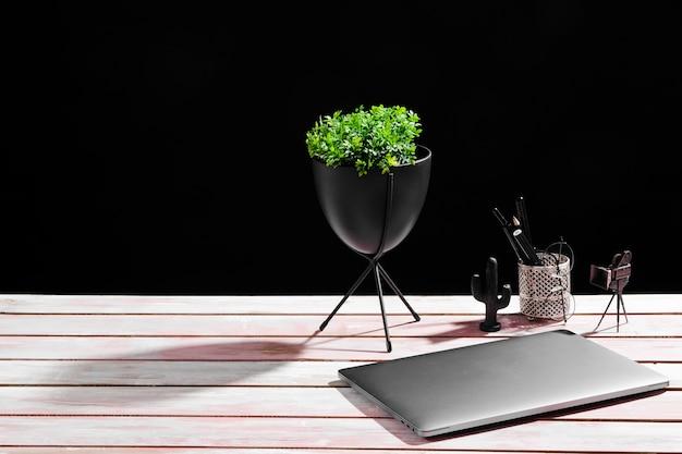 Вид спереди концепции стола на деревянный стол Premium Фотографии