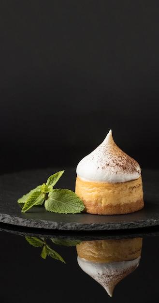 Вид спереди десерта на шифере с мятой и какао-порошком Бесплатные Фотографии