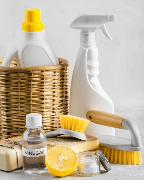 レモンと酢が入ったバスケットに入った環境に優しいクリーニングブラシの正面図 無料写真