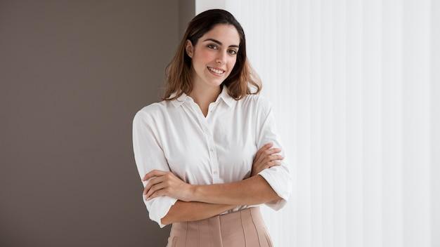 Вид спереди элегантной деловой женщины Бесплатные Фотографии