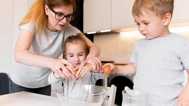 自宅で調理している家族の正面図 無料写真