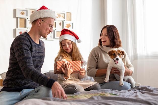 Вид спереди семьи на рождественской концепции Бесплатные Фотографии