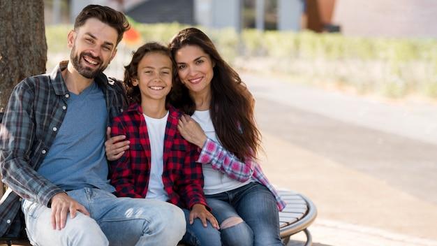 Вид спереди семьи с ребенком и родителями на открытом воздухе с копией пространства Premium Фотографии