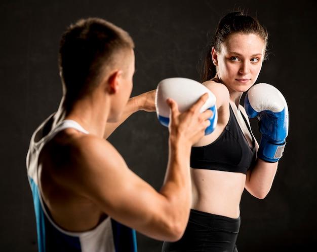 女性ボクサーとトレーナーの正面図 無料写真