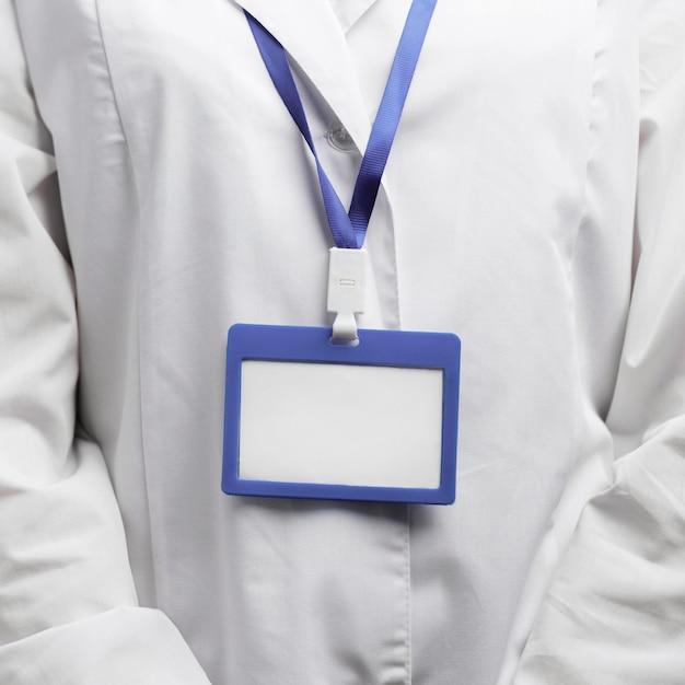Вид спереди женщины-исследователя с именным значком Бесплатные Фотографии