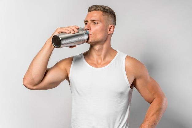 Вид спереди здорового человека с питьевой водой Бесплатные Фотографии