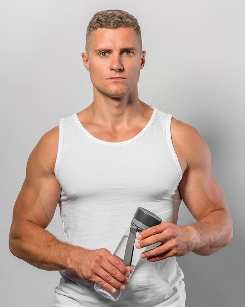 Вид спереди здорового человека, держащего бутылку с водой Бесплатные Фотографии