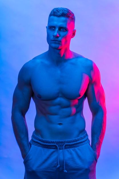 Вид спереди подтянутого человека без рубашки, позирующего Бесплатные Фотографии