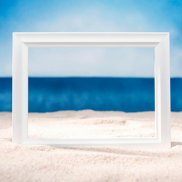 ビーチのフレームの正面図 Premium写真