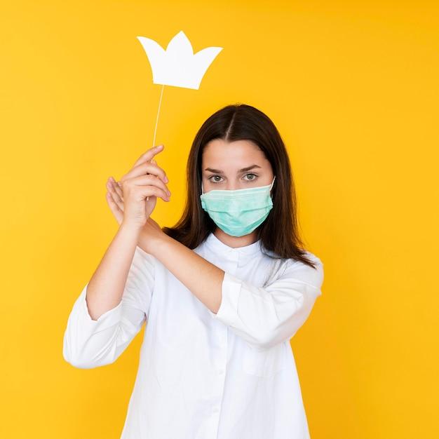 Вид спереди девушки в короне с маской для лица Бесплатные Фотографии