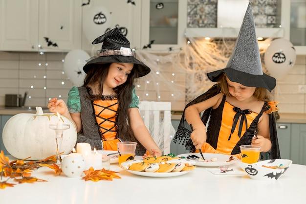 Вид спереди девушек в костюмах ведьм Бесплатные Фотографии