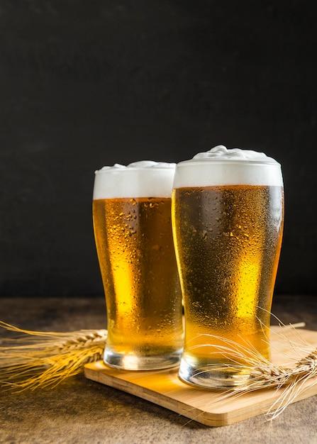 小麦とビールのグラスの正面図 無料写真