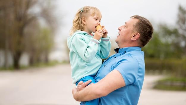 孫娘と祖父の正面図 無料写真