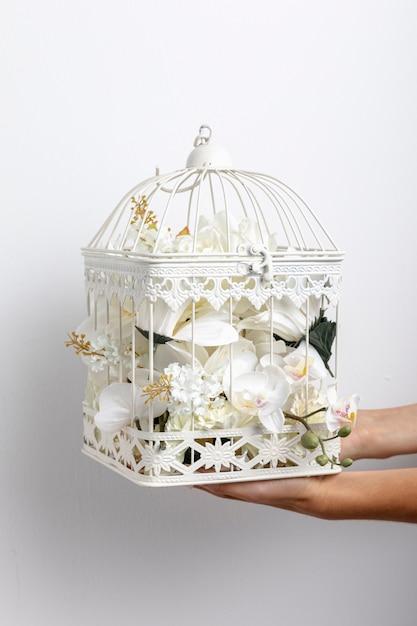 手持ちの鳥かごの花の正面図 無料写真