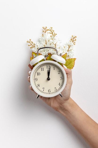Вид спереди ручных часов с цветком и листьями Бесплатные Фотографии