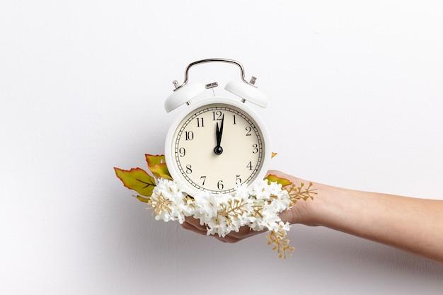 Вид спереди руки, держащей часы с цветами Бесплатные Фотографии