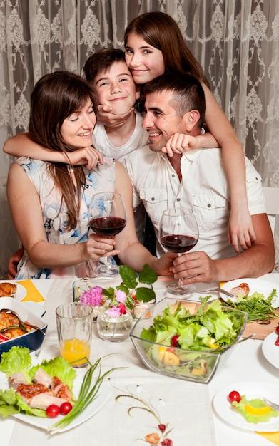 Вид спереди счастливой семьи за обеденным столом Бесплатные Фотографии